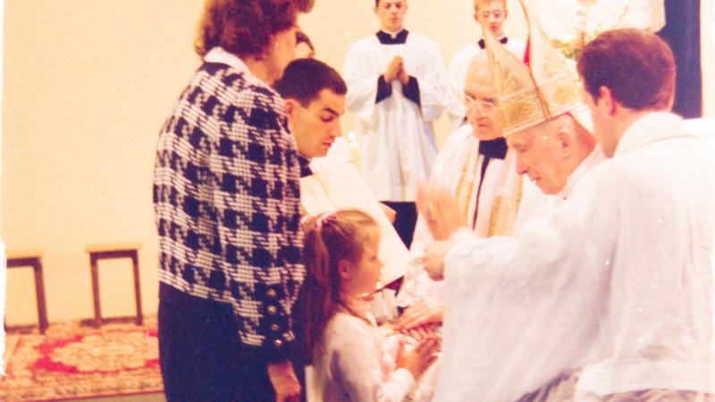 Monseigneur Marcel Lefebvre conférant le sacrement de Confirmation
